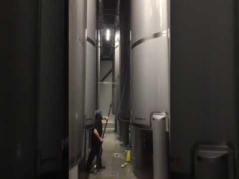 Gestart met het reinigen van de buitenzijde van tanks