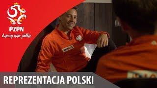 Dziś trochę spokojniej, ale nie znaczy, że nudno. Posłuchajcie do końca rozmowy z Thiago, który fascynuje się historią naszego kraju. W takich momentach można sobie uświadomić, że gra dla reprezentacji to ogromna duma i honor. Subskrybuj kanał Łączy nas piłka http://goo.gl/19Lfiu  Oficjalny kanał Polskiego Związku Piłki Nożnej - materiały filmowe ze zgrupowań reprezentacji Polski: kulisy, reportaże, relacje, skróty meczów, bramki, treningi, wywiady, konferencje prasowe, Videoblog Błyskawiczny, magazyn Łączy Nas Futsal, wydarzenia na żywo / Official channel of the Polish Football Association - footages from the Polish National Team's training camps: behind the scenes, coverages, recaps, goals, training sessions, interviews, press conferences and more.  Oficjalna strona Polskiego Związku Piłki Nożnej http://www.pzpn.pl Portal internetowy http://www.laczynaspilka.pl Facebook https://www.facebook.com/LaczyNasPilka Twitter https://twitter.com/laczynaspilka Instagram https://www.instagram.com/laczynaspilka/