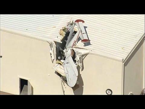 ΗΠΑ: Μικρό αεροπλάνο «καρφώθηκε» σε κτίριο αεροδρομίου…