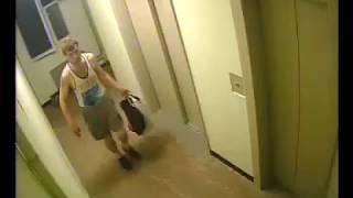 Вор замаскировался, чтобы украсть камеру в подъезде