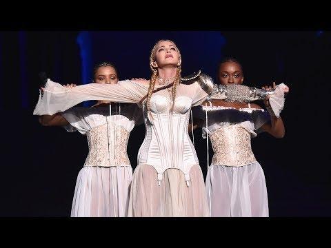 Além de Like a Prayer, Madonna cantou um trecho da inédita Beautiful Game