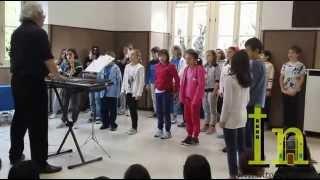 preview picture of video 'Sedie nuove: gli alunni ringraziano i genitori e la Farmacia Basilica'