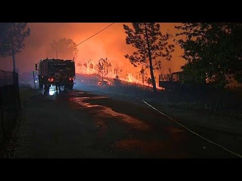 العرب اليوم - شاهد: تعبئة كبيرة للسيطرة على حرائق وسط البرتغال بعد إصابة 20 شخصًا