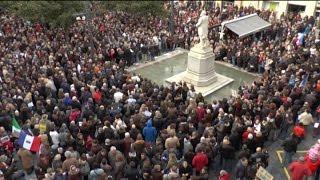 preview picture of video 'Je suis Charlie, Castres, le 11 janvier défilé depuis la place Pierre Fabre à la place Jean Jaurès.'