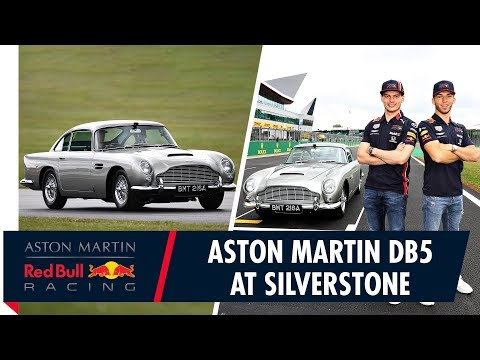 Video | Verstappen en Gasly in James Bond-auto over Silverstone