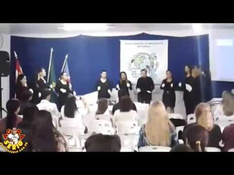 Equipe da APROJ - apresentação em libras da música É preciso Saber Viver, na Semana Municipal de Prevenção de Deficiência