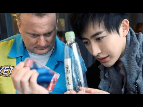 Ảo thuật gia làm iPhone xuyên qua chai nước, hách cmnr