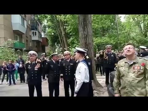 В Одессе военный оркестр поздравил 96-летнего ветерана, исполняя военные песни под его балконом