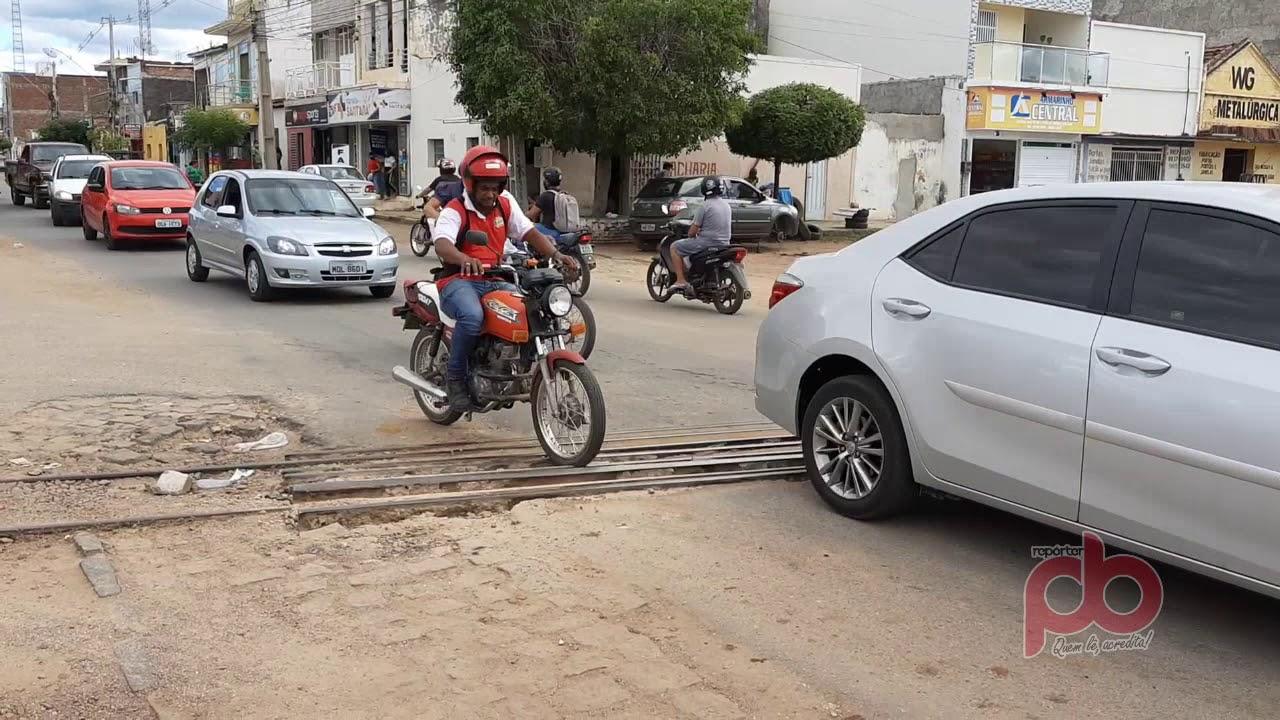 Trilho solto oferece risco de acidente a motoristas, e motoqueiros no Bairro da Estação em Sousa;