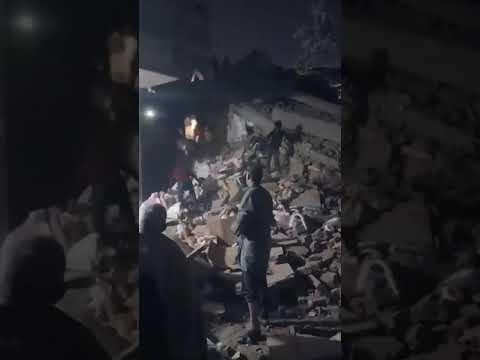 بالفيديو.. وفيات في انهيار عقار من 10 طوابق بالقاهرة