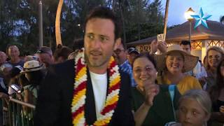 Hawaii Five-0 Actor Alex OLoughlin Snaps Selfies With Fans In Waikiki