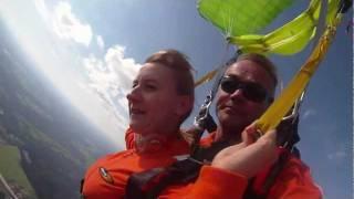 preview picture of video 'Skoki spadochronowe - wiosna 2011 w Gryźlinach na Mazurach'