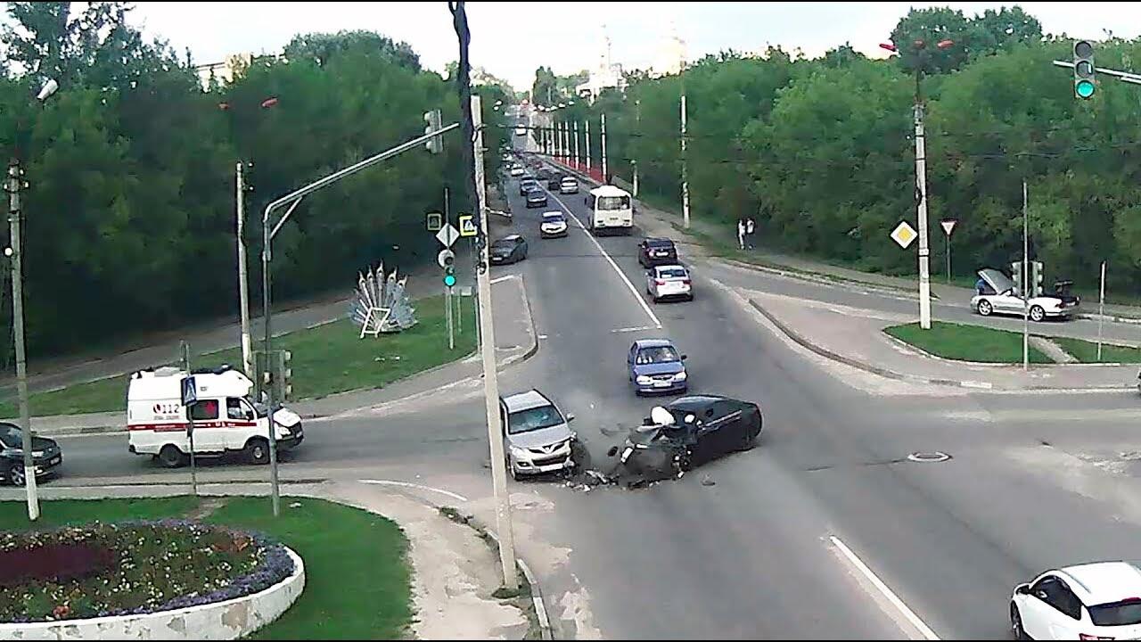 Жестко стукнулись два китайских автомобиля на перекрёстке в Серпухове