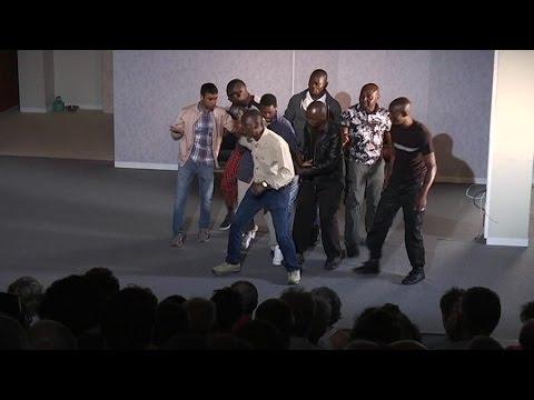 Festival d'Avignon: des migrants régularisés car ils jouent dans une pièce de théâtre