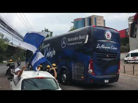 """""""La Sangre Azul en el hotel de concentración • Caravana • Previa en el Estadio Azteca"""" Barra: La Sangre Azul • Club: Cruz Azul"""