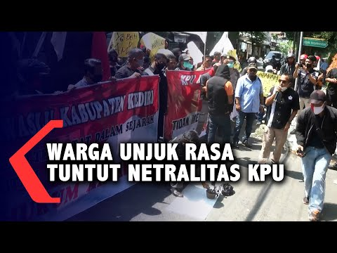 warga unjuk rasa tuntut netralitas kpu kabupaten kediri