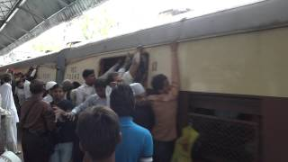 preview picture of video 'Overcrowded Local Trains in Mumbai, India'