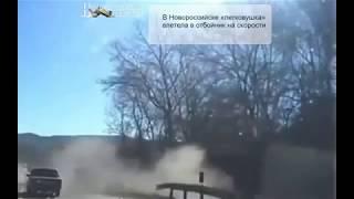 В Новороссийске «легковушка» влетела в отбойник на скорости (видео)