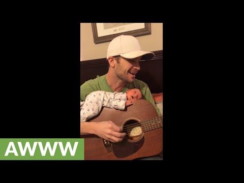 האבא ששר ומנגן לבת שלו כשהיא שכובה על גבי הגיטרה שלו