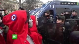 Lors de la manifestation des Gilets jaunes, qui se retrouvent le 15 décembre à Paris, des femmes habillées en Marianne se sont livrées à un face-à-face pacifique avec les forces de l'ordre.   Abonnez-vous à la chaîne YouTube de RT France : https://www.youtube.com/rtenfrancais  RT en français : http://rtfrance.tv Facebook : https://www.facebook.com/RTFrance Twitter : https://twitter.com/rtenfrancais Instagram : https://www.instagram.com/rtfrance/