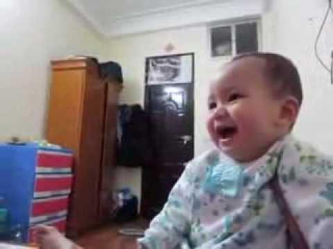 Bé trai 7 tháng tuổi cười sảng khoái khi mẹ xé giấy. Nhìn iu quá đi mất