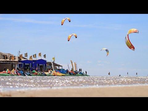 العرب اليوم - شاهد: الرياح تحمل عشاق الرياضات البحرية إلى الداخلة