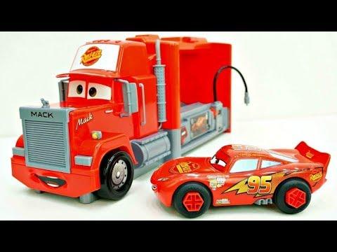 Cars Motori Ruggenti -Saetta McQueen spacchetta un giocattolo
