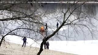 Спасатели сняли с льдины двух человек, которые дрейфовали вниз по Днепру. ВИДЕО