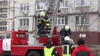 У Сумах рятувальники спустили дитину з балкону