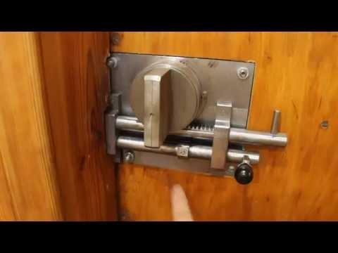 Замок с фланцевым ключом на двери