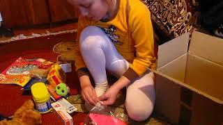 Вероника открывает подарок.