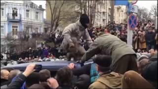 Саакашвили вытаскивают из машины СБУ