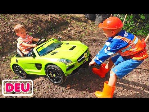 Nikita reitet auf Kinderauto und steckt Vlad im Boden fest