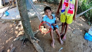 Đi quay bất ngờ gặp cậu bé bị xích dưới gốc cây, ăn uống vệ sinh cùng 1 chỗ