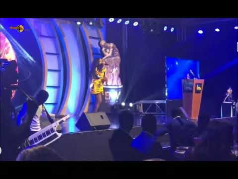 Simi pays tribute to Kofi Annan during her performance at the Emyawards.