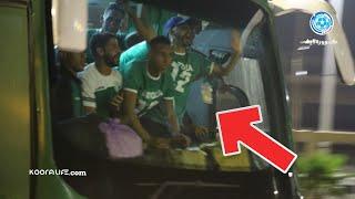 احتفالية للاعبي الرجاء داخل حافلة النادي أثناء مغادرتهم مركب محمد الخامس
