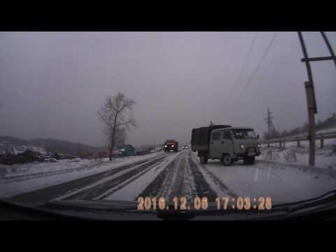 Водитель УАЗа отвлекся на дверку и машину развернуло