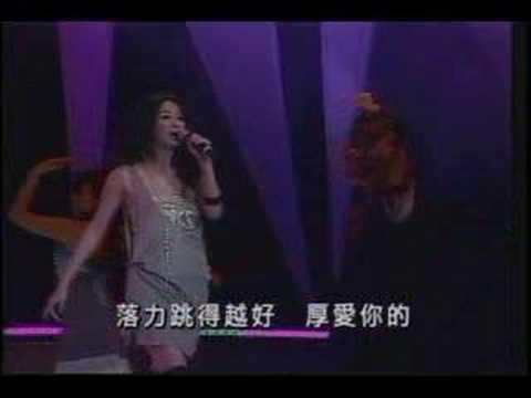 【ポ(loli)ロリ事故】美人歌手、ステージでおっぱいポ(loli)ロリ、乳首が丸見えに…(※画像あり) |
