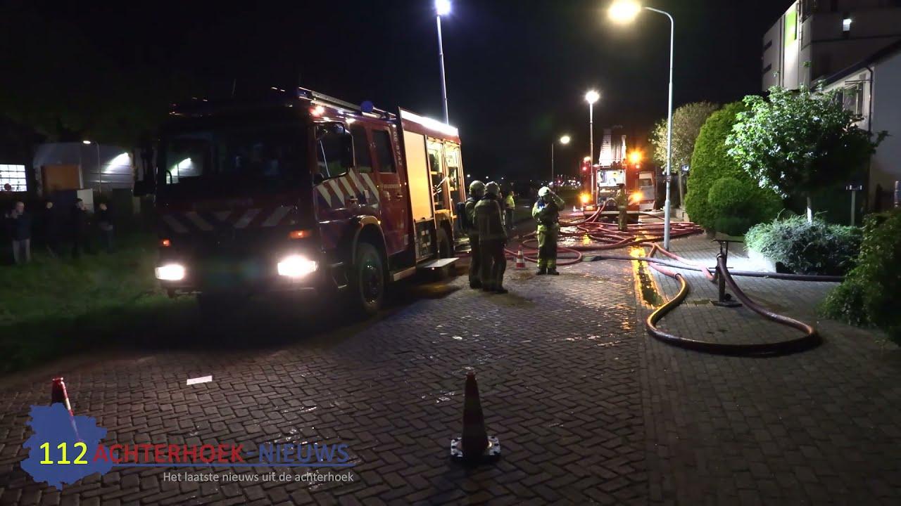 Vlammen slaan uit dak bij brand bij een parketbedrijf in Didam
