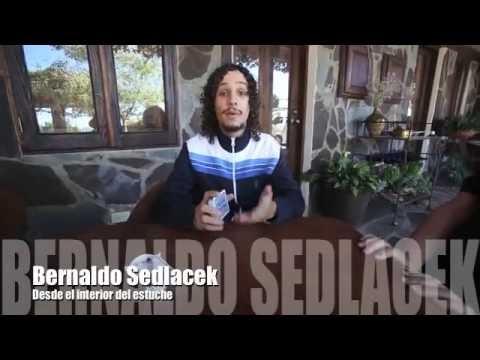 Bernardo Sedlacek desde el interior del estuche