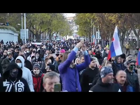 Χωρίς μάσκες διαδήλωσαν χιλιάδες στη Σλοβακία