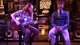 """Mike Einziger And Aloe Blacc Perform Avicii's """"Wake Me Up"""" Acoustic"""