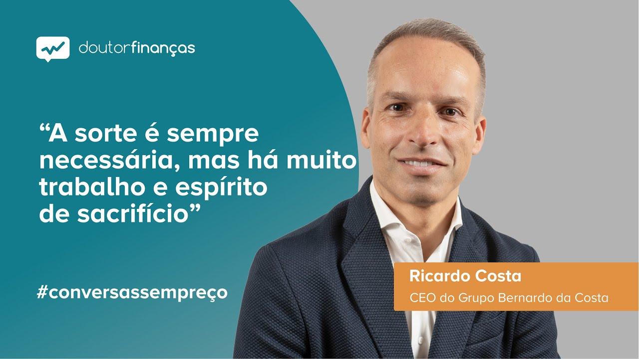 Imagem de um smartphone onde se vê o programa Conversas sem Preço com a entrevista a Ricardo Costa, CEO do Grupo Bernardo da Costa