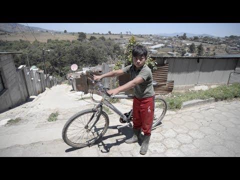 Dura realidad de Edgar el niño ciclista que corre con botas de hule