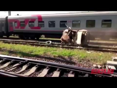 Поезд врезался в УАЗ, застрявший на железнодорожных путях