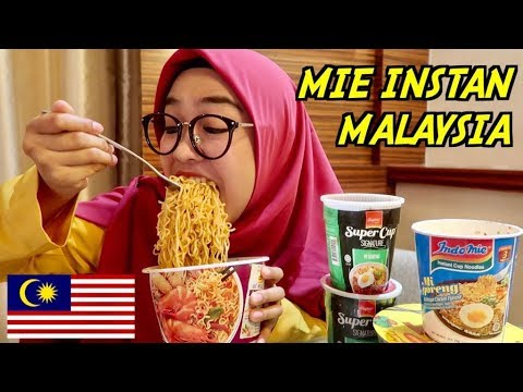 MAKAN MIE INSTAN DARI MALAYSIA.
