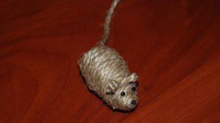 Смотреть онлайн Делаем игрушку для котика из крепких веревок