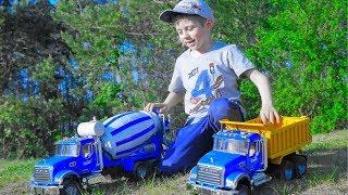 Машинки для детей и песок - Бетономешалка и Самосвал Bruder MACK - Даник строит крепость