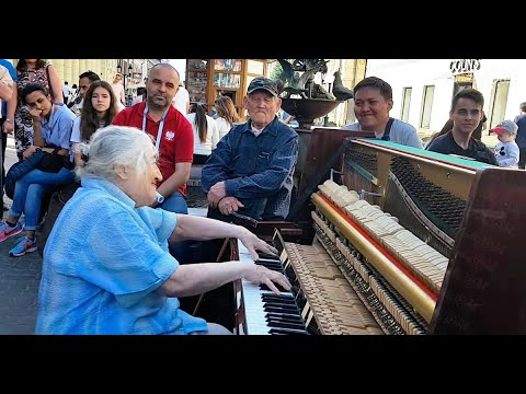 מופע רחוב מפתיע ומקסים של סבתא רוסייה מנגנת על פסנתר ברחוב