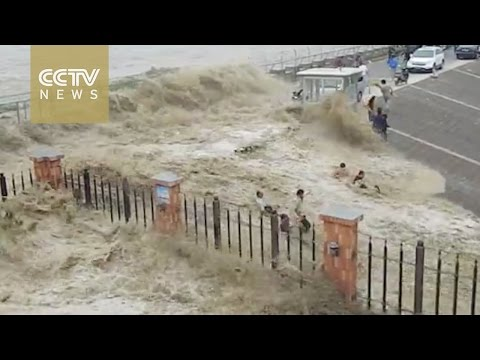 Mais de 20 visitantes foram derrubado e arrastado por uma forte pororoca do rio Qiantang
